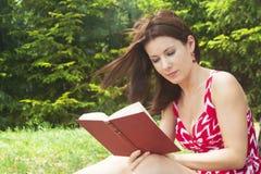 Flicka med boken Royaltyfri Fotografi