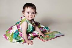 Flicka med boken Arkivfoto