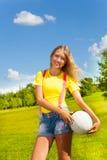 Flicka med bollen Royaltyfri Bild