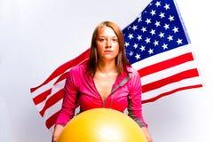 Flicka med bollen och amerikanska flaggan Arkivfoto