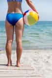 Flicka med bollen på stranden Arkivfoto