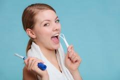 Flicka med borste- och tungrengöringsmedlet Arkivfoton