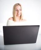 Flicka med bärbar datordatoren Arkivbild