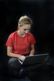 Flicka med bärbara datorn Royaltyfri Foto