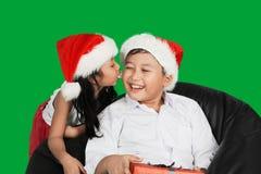 Flicka med bubbelgum och att kyssa hennes broder Royaltyfri Bild