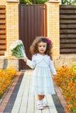 Flicka med bukettanseende på gångbanan Royaltyfria Bilder
