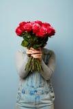 Flicka med buketten av blommor i hennes händer Blommor vår, romans, mars 8 Händer för kvinna` s rymmer en bukett av Royaltyfri Fotografi