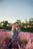 Flicka med buketten av lavendel Royaltyfri Fotografi