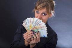 Flicka med bunten av eurosedlar Royaltyfri Foto