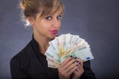 Flicka med bunten av eurosedlar Arkivfoton