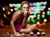 Flicka med cakes Royaltyfria Bilder