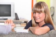 Flicka med cds Fotografering för Bildbyråer