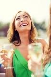 Flicka med champagneexponeringsglas Royaltyfri Foto