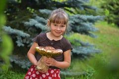 Flicka med champinjonen Royaltyfri Bild