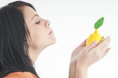 Flicka med citronen Arkivbilder