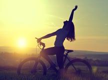 Flicka med cykeln Arkivbilder
