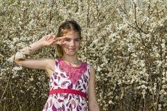 Flicka med dansstil för vita blommor Fotografering för Bildbyråer