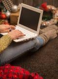 flicka med datorjuldekoren Royaltyfri Foto