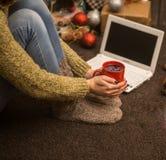 flicka med datorjuldekoren Arkivbild