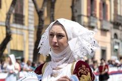 Flicka med de Sardinian typiska dräkterna Arkivfoton