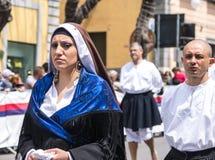 Flicka med de Sardinian typiska dräkterna Royaltyfria Bilder
