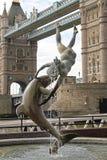 Flicka med delfin London Royaltyfria Bilder