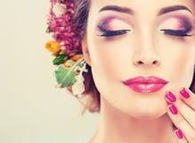 Flicka med delikata blommor i hår Arkivbilder