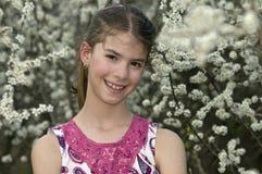 Flicka med den blyga blicken för vita blommor Royaltyfria Foton