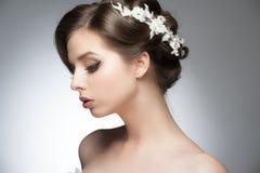 Flicka med den brud- frisyren och makeup arkivfoton