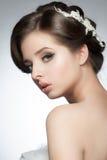 Flicka med den brud- frisyren och makeup royaltyfri foto