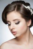 Flicka med den brud- frisyren och makeup arkivbilder