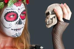 Flicka med den Calavera Mexicana makeupmaskeringen i hatten Arkivfoto