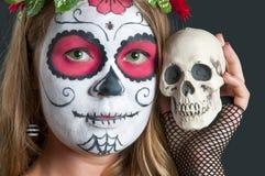 Flicka med den Calavera Mexicana makeupmaskeringen i hatten Fotografering för Bildbyråer