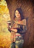 Flicka med den digitala minnestavlan fotografering för bildbyråer