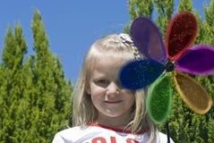 Flicka med den färgrika blomman Royaltyfri Bild