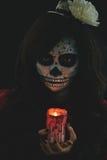 Flicka med den glödande stearinljuset Arkivbild