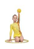 Flicka med den hulabeslaget och bollen Arkivbilder