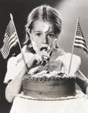 Flicka med den Juli 4th kakan över hela hennes framsida Royaltyfria Foton