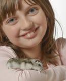 Flicka med den lilla hamstern Royaltyfri Bild