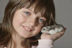 Flicka med den lilla hamstern Royaltyfria Foton