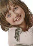Flicka med den lilla hamstern Arkivbild