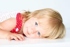 Flicka med den lyckliga framsidan Royaltyfria Bilder