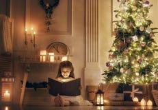 Flicka med den magiska boken Royaltyfri Foto