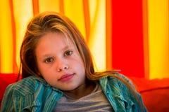 Flicka med den orange gardinen Arkivfoto