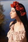 Flicka med den röda bärfrisyren för höst royaltyfri bild