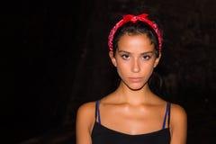 Flicka med den röda bandannaen Fotografering för Bildbyråer