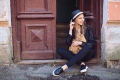 Flicka med den röda katten Royaltyfria Bilder