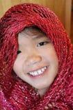 Flicka med den röda scarfen Royaltyfri Bild