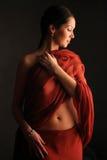 Flicka med den röda torkduken Royaltyfri Foto