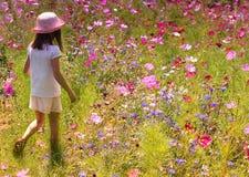 Flicka med den rosa solhatten royaltyfria bilder